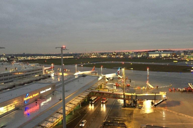 Flughafen-Hamburg-HAM-Vorfeldbeleuchtung-Doppelfluggastbrücken 1